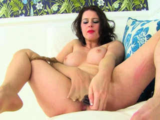 UK milf Leah's pain clit needs the finger treatment