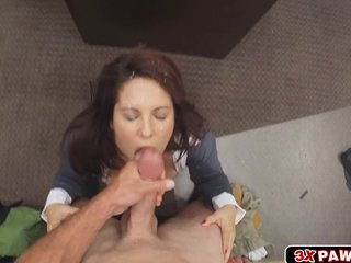 Milf needs effects and goes concerning on her knees